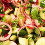 Ředkvičkový salát s okurkou, tak snadný, že už to snadněji snad asi nejde