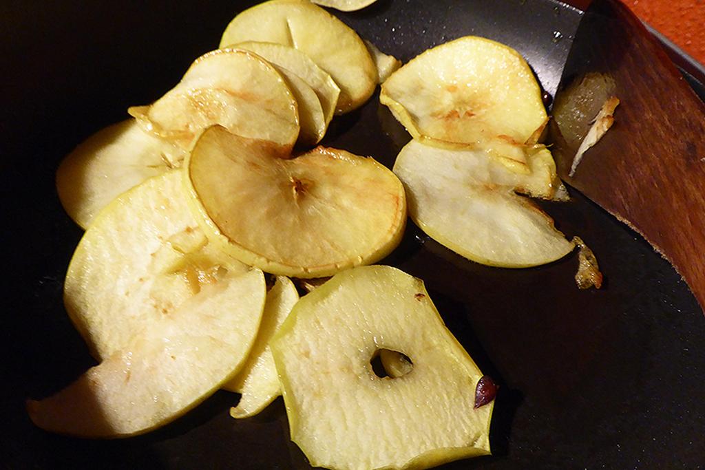 PLÁTKY JABLKA restujte na troše olivového oleje.