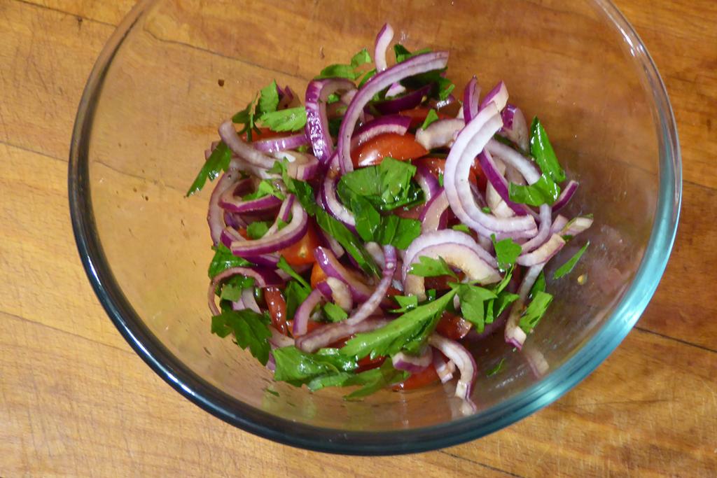 Smícháme všechny ingredience salátu.