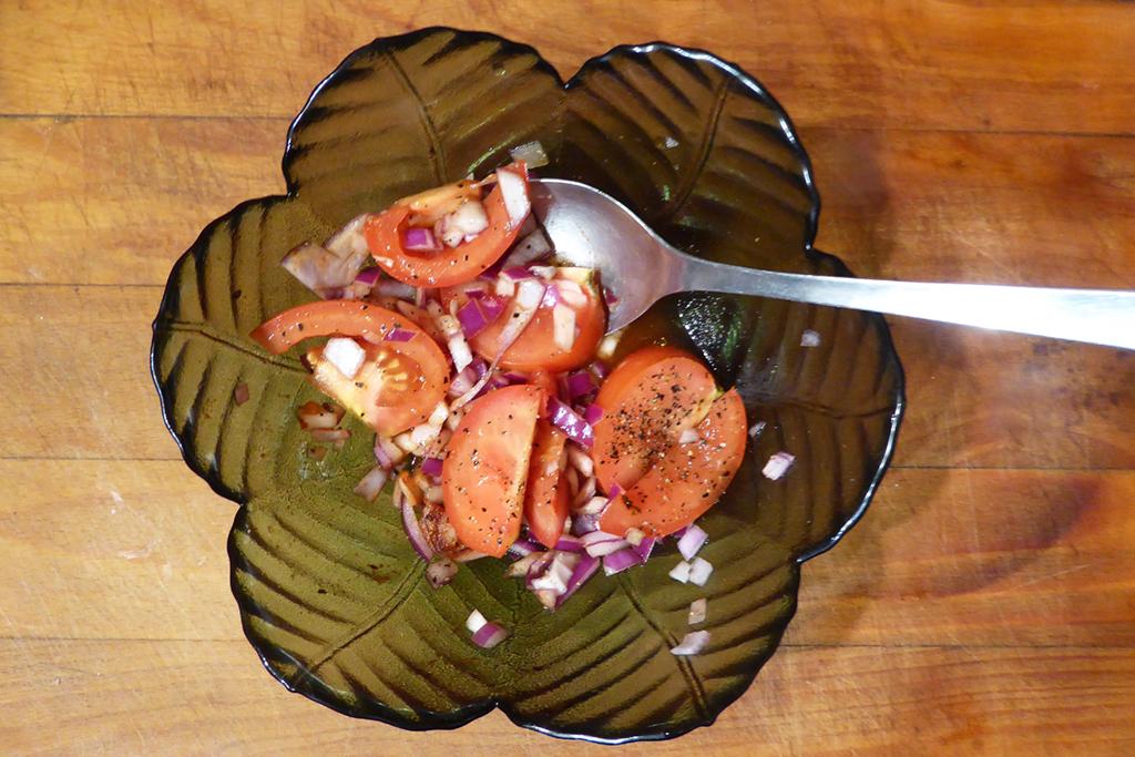 Salát z rajčat a cibule
