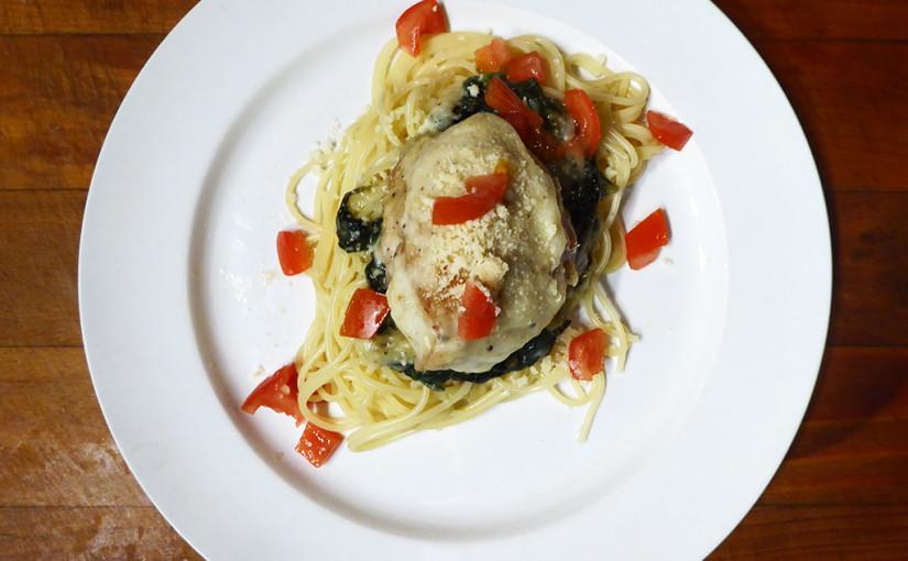 Kuře s česnekovou omáčkou zapečené na špenátu, se špagetami