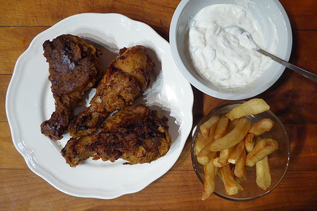 Kuře s dipem a hranolky.