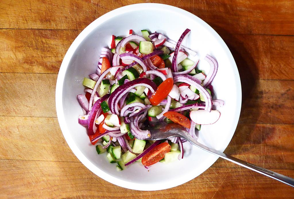 Salát promícháme.