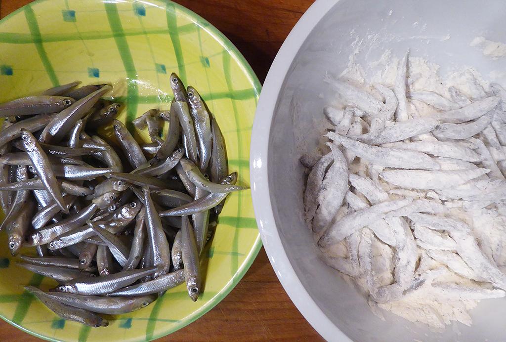 Rybičky obalíme v mouce