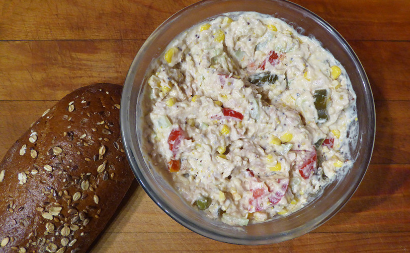 Tuna salad with cottage cheese, papričkami jalapeňo, tomatoes, corn and celery | Snack begins