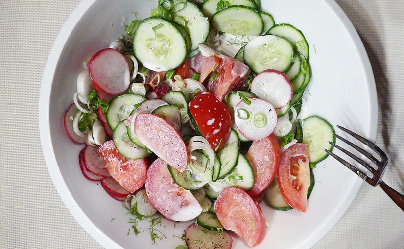Ředkvičkový salát sokurkou, rajčaty asmetanou | Lehce vkuchyni, lehce přiusínání