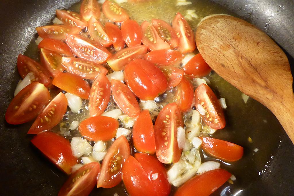 Osmahneme česnek a rajčata