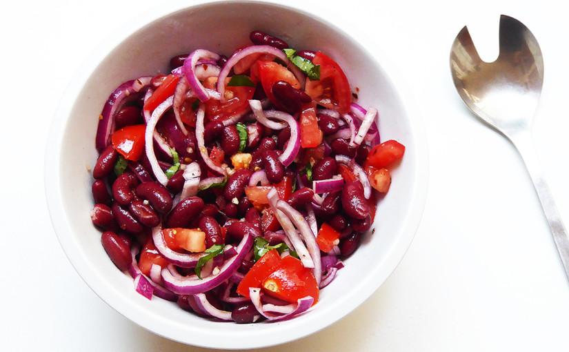 Salát z červených fazolí, červené cibule a červených rajčat | Jednoduše červený salát