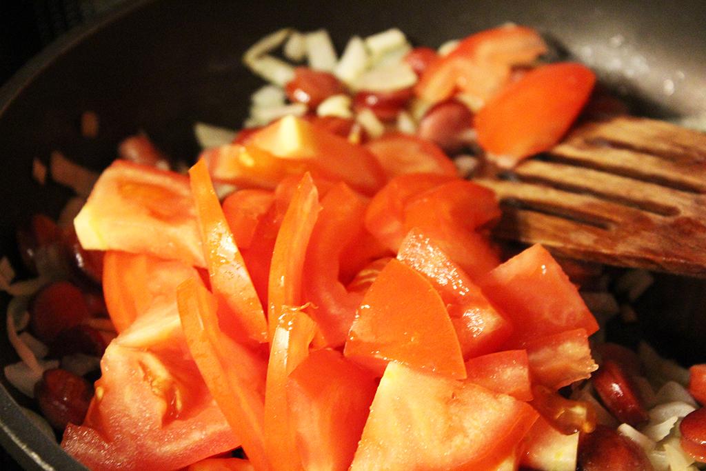 Přidáme rajče a česnek