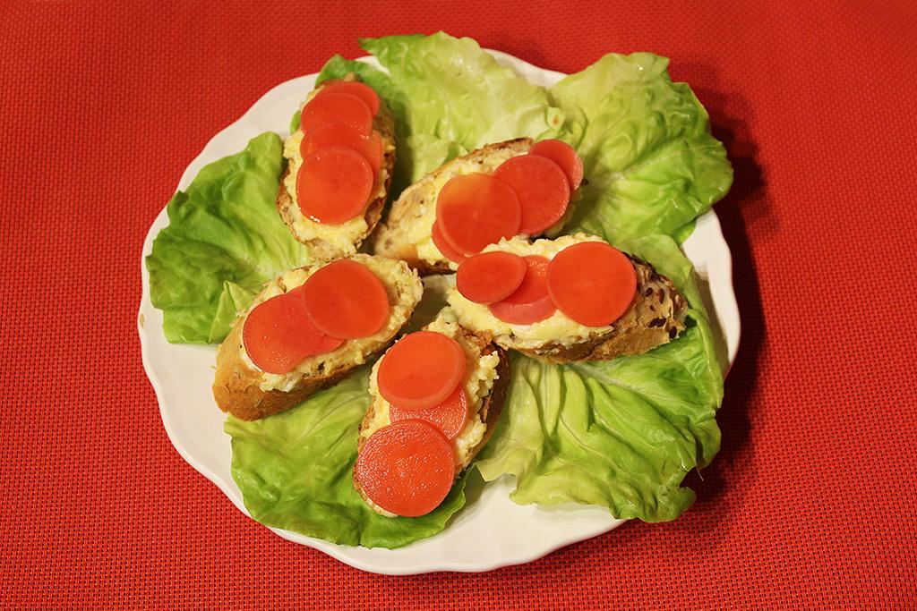 Bageta s pomazánkou z česneku a ředkvičkami