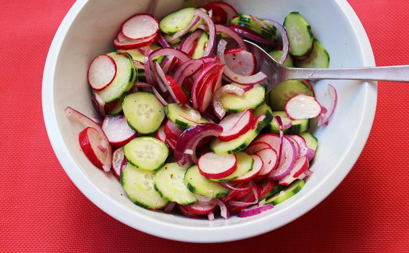 Ředkvičkový salát sokurkou ačervenou cibulí | Osvěžující večeře