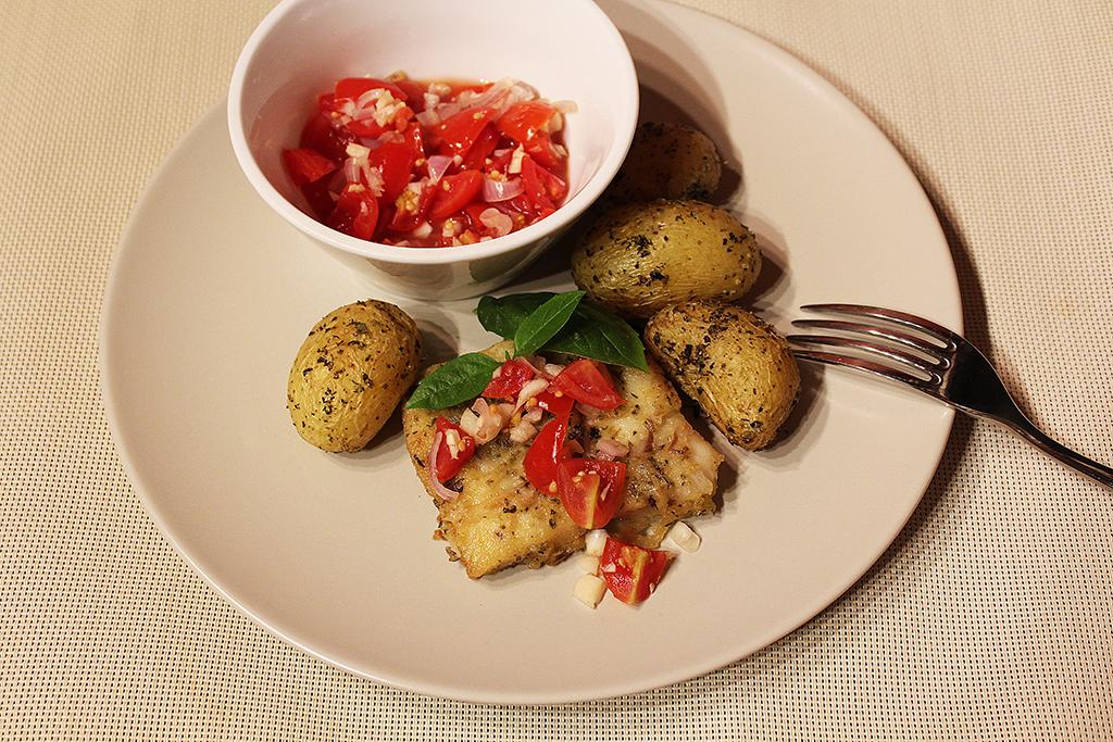Podáváme se salsou, brambory a zdobené bazalkou