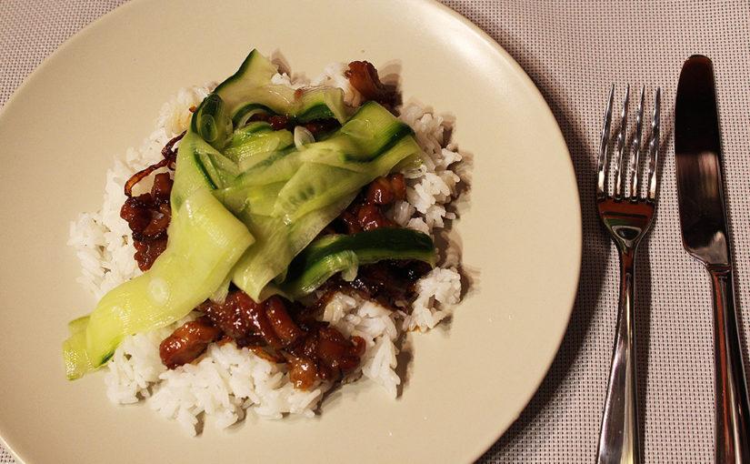 Karamelové kuře snakládanou okurkou | Porce zkuřecí farmy vexotickém hávu