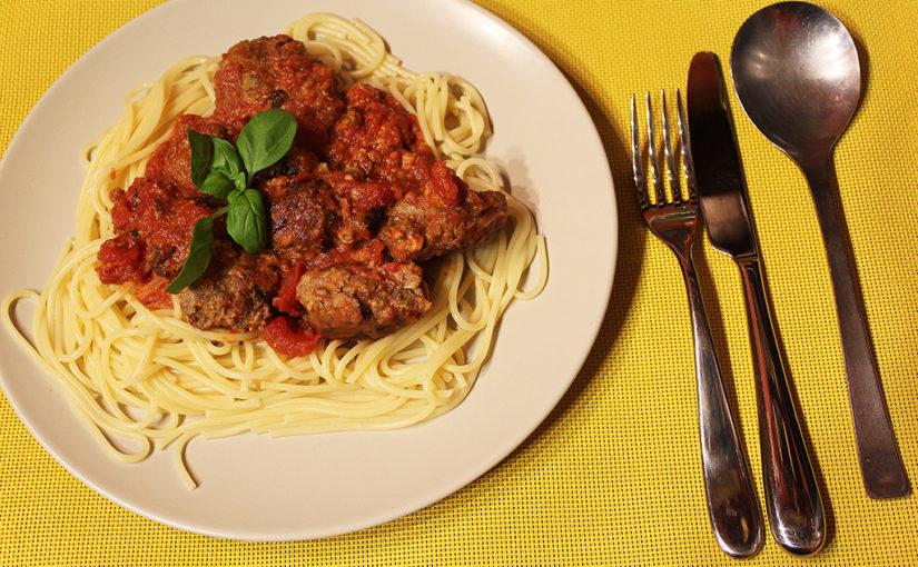 Masové placičky se sýrem, rajčaty ašpagetami | Lehkost večeřet