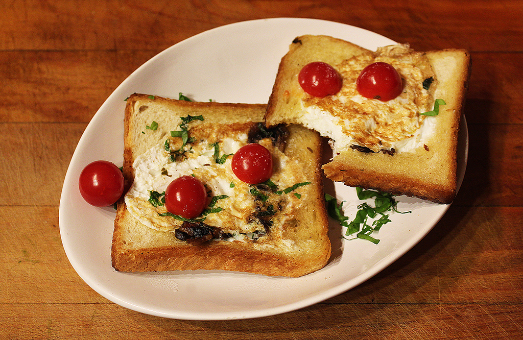 Toast with egg and mushroom mixture,cs