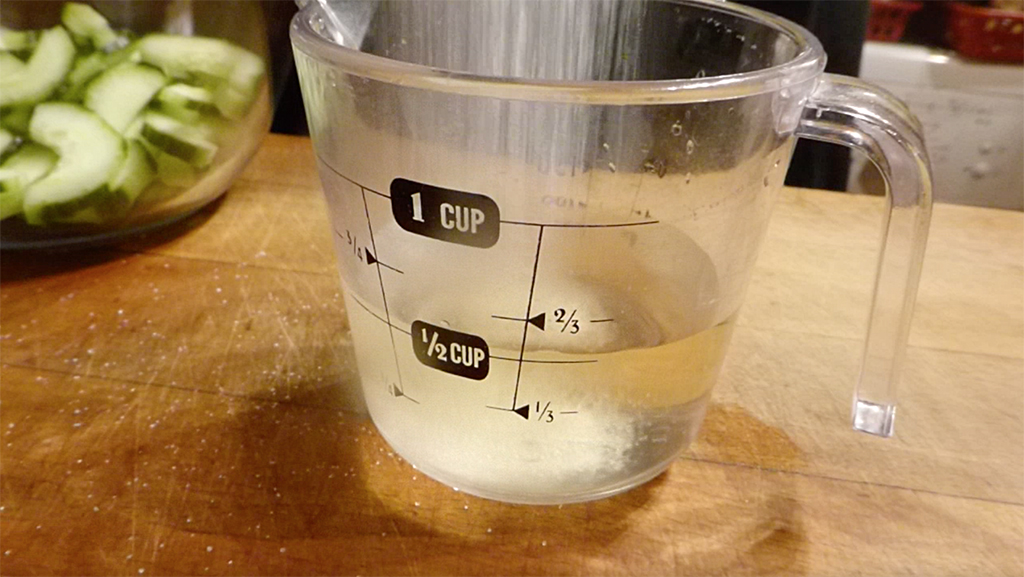 Smícháme vodu s octem, cukrem a solí