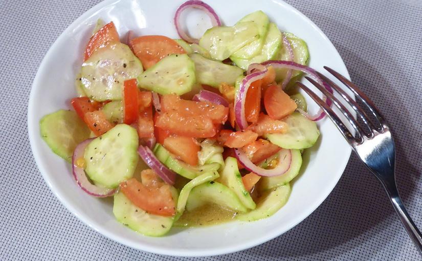 Okurkový salát srajčaty   Spříchutí balsamikového octa