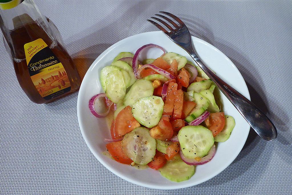 Balsamikový ocet s příchutí medu dá salátu zajímavou, avšak klidnou chuť.
