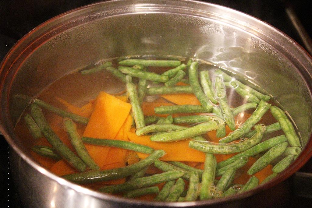 Blanšírujeme mrkev a fazolky