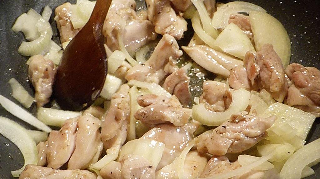 Maso se zatáhne a mírně opeče, přidáme cibuli