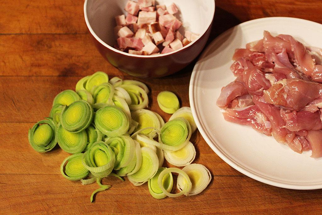 Nakrájíme maso, slaninu i pórek