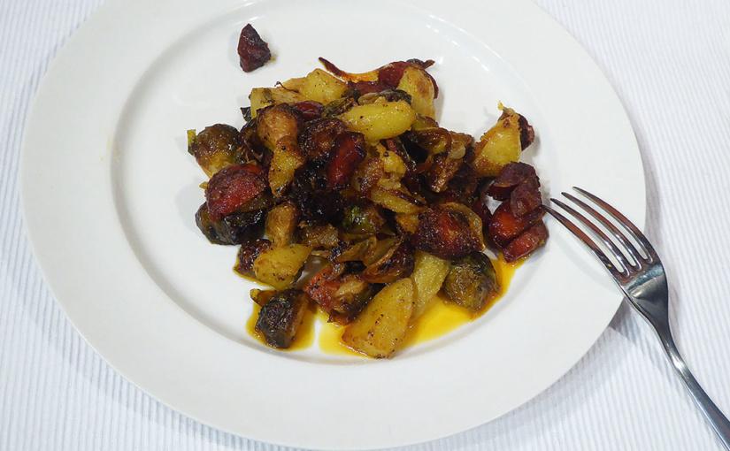 Pečená růžičková kapusta se salámem, brambory acibulí