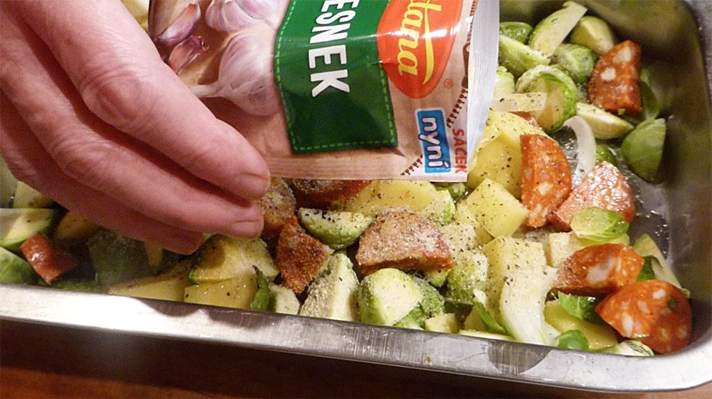 Osolíme, opapříme a přidáme granulovaný česnek.