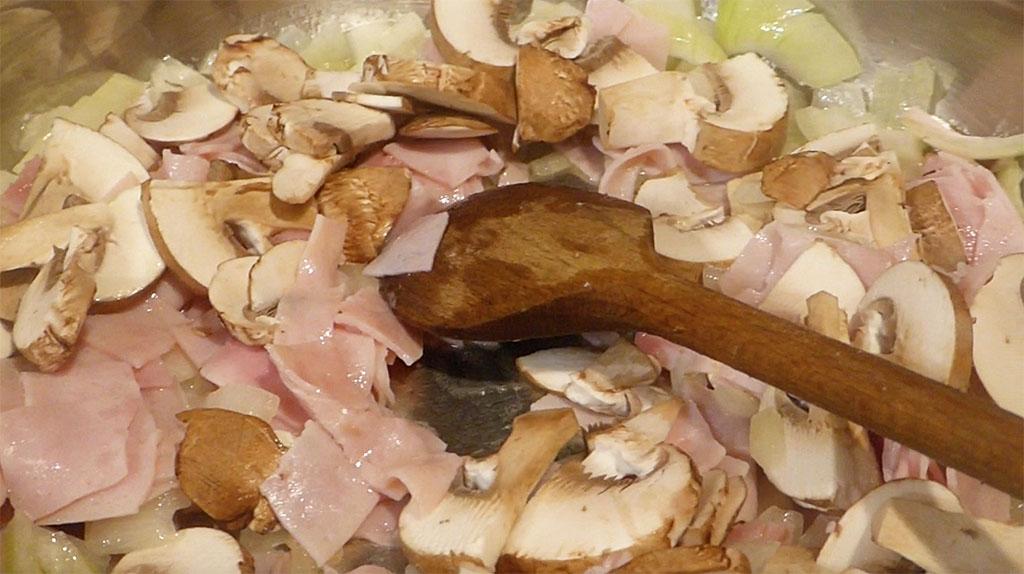 Orestujeme cibuli, přidáme šunku a houby