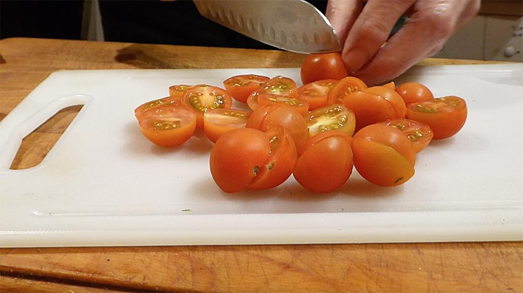 Cherry rajčátka překrájíme na poloviny