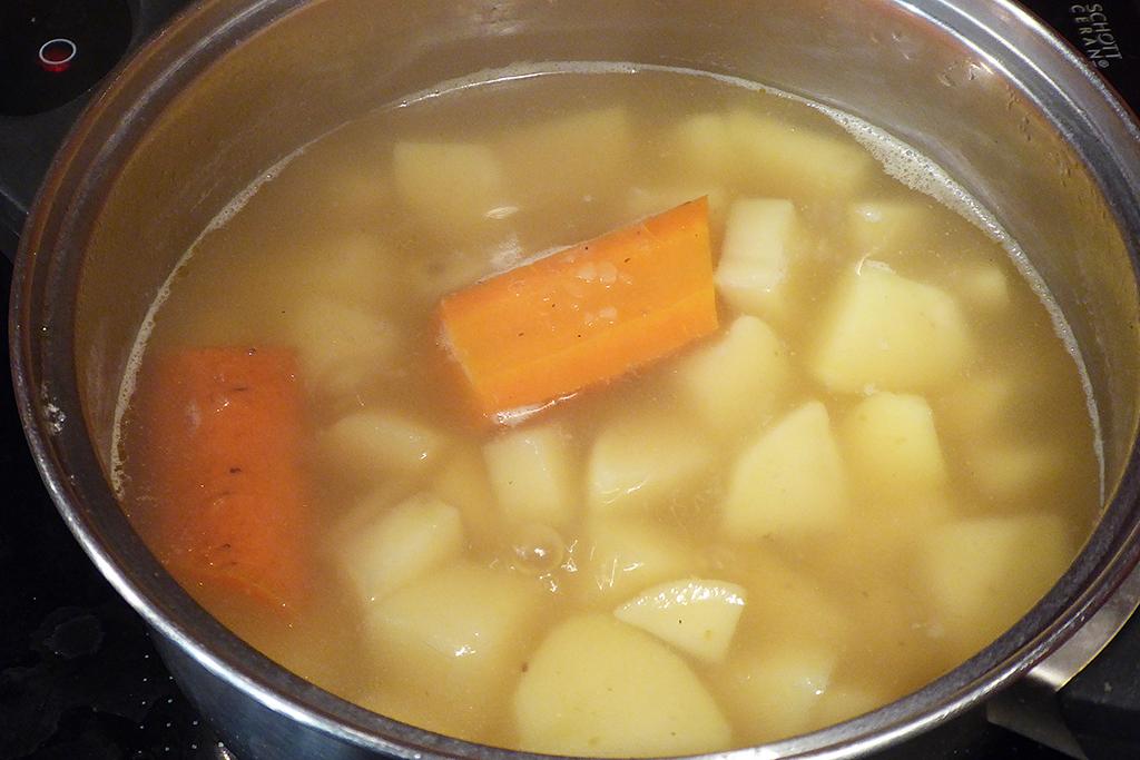 Brambory uvaříme v osolené vodě a s vývarem a mrkví