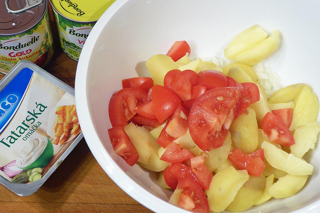Nakrájené brambory s nadrobno nakrájenými rajčaty