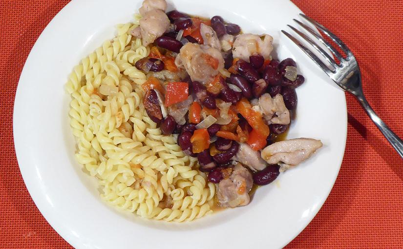 Červené kuře storti | Paprika, rajčata ifazole vjedné barvě