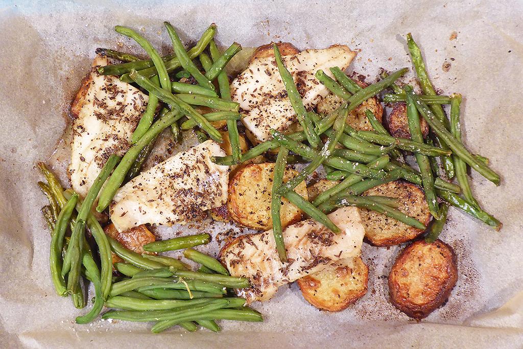 Pečená treska s brambory a zelenými fazolkami