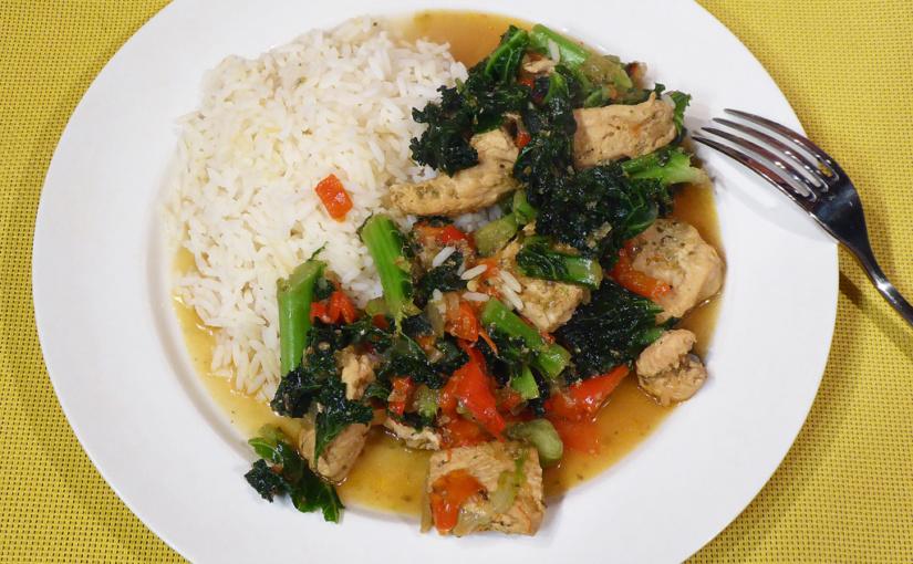 Kuřecí kousky s kadeřavou kapustou a rýží