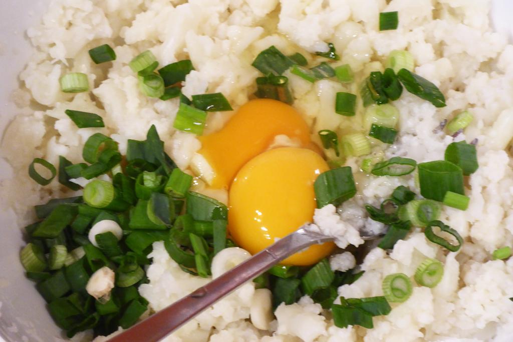 Přidáme vejce a cibulku