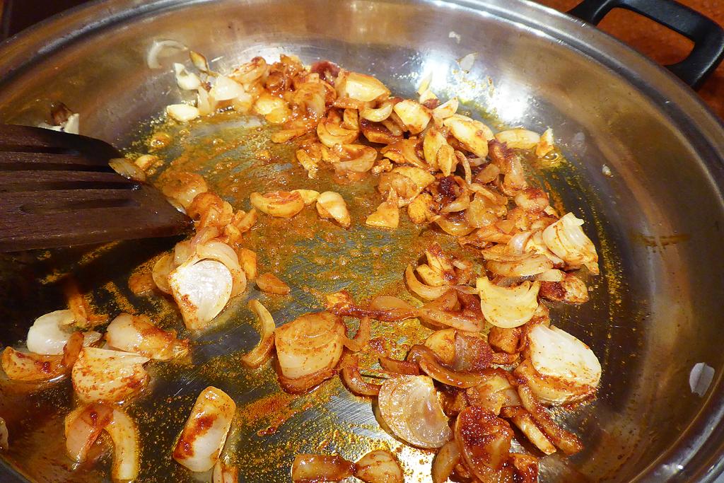 Promícháme papriku s cibulkou a česnekem