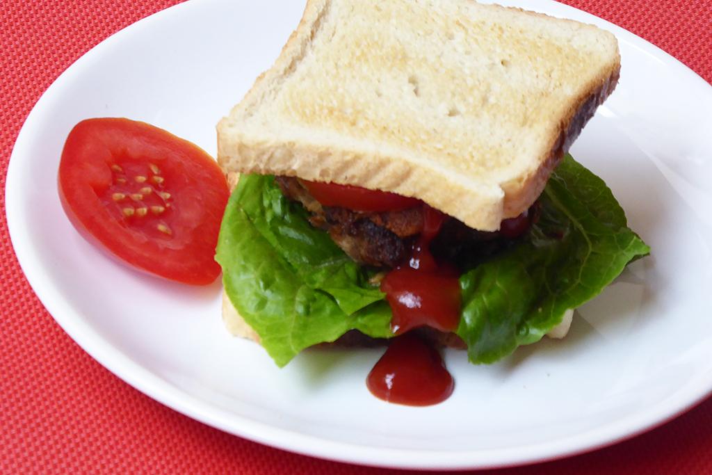 Můžeme podávat jako sendič s kečupem, rajčetem a salátem