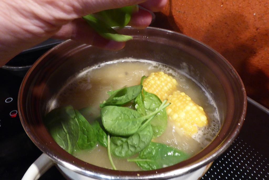 Přidáme kukuřici a špenát