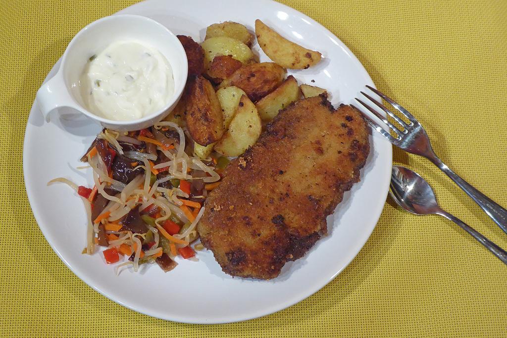 Holandský řízek s bramborem a vietnamským salátem
