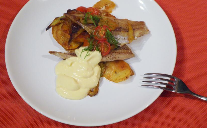 Pečená treska s brambory, fenyklem a rajčátky