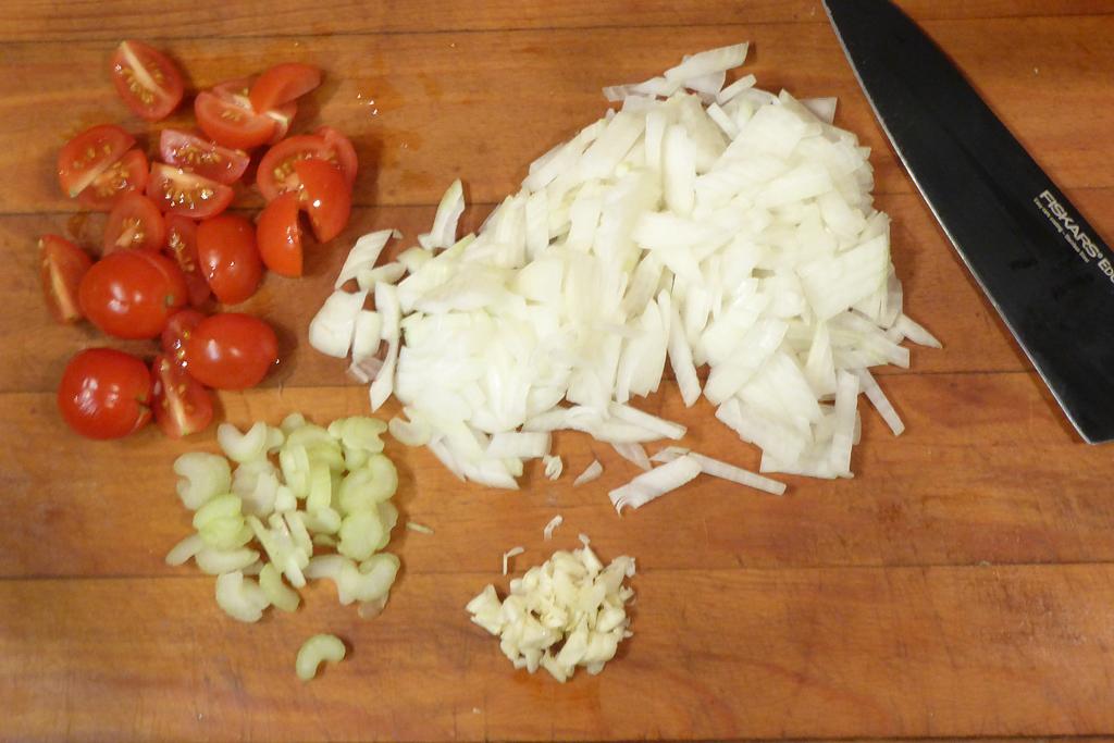 Nasekáme česnek, celer a rajčátka