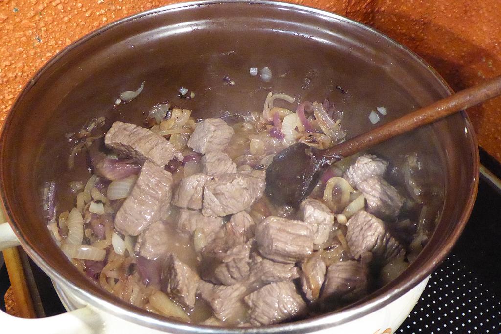 Do restované cibule dáme maso