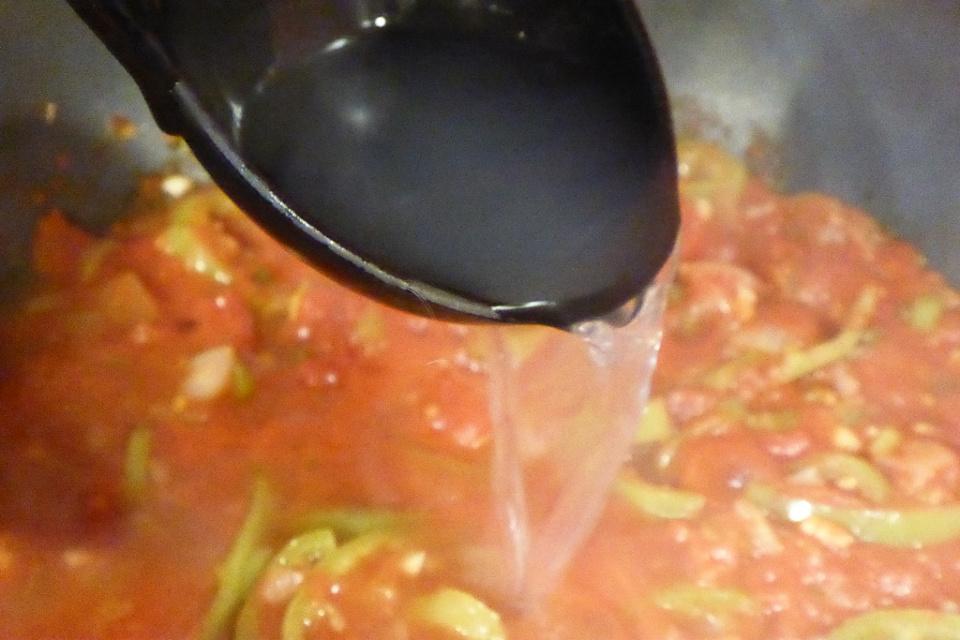 Přidáme vývar ze špaget