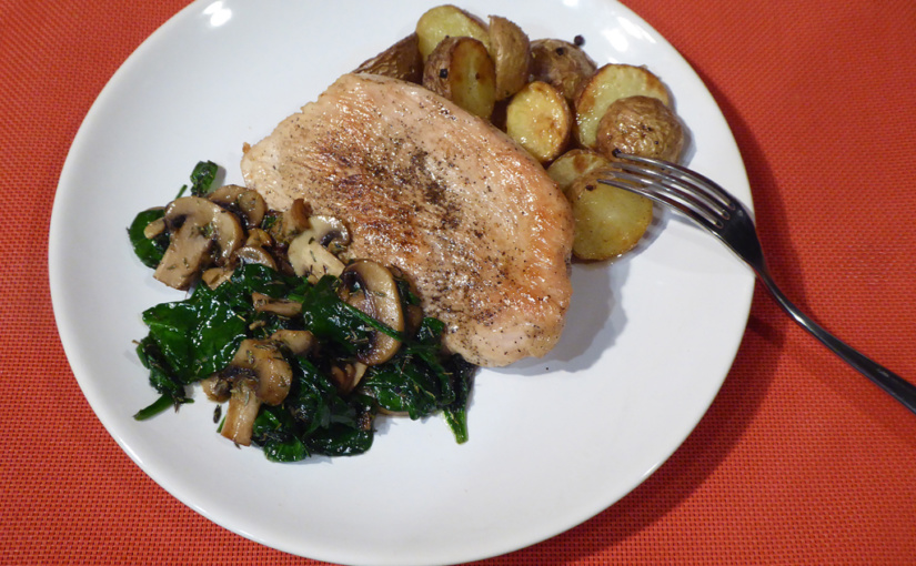 Krůtí steak se žampiony a špenátem | Pečené pikantní brambory nechybí