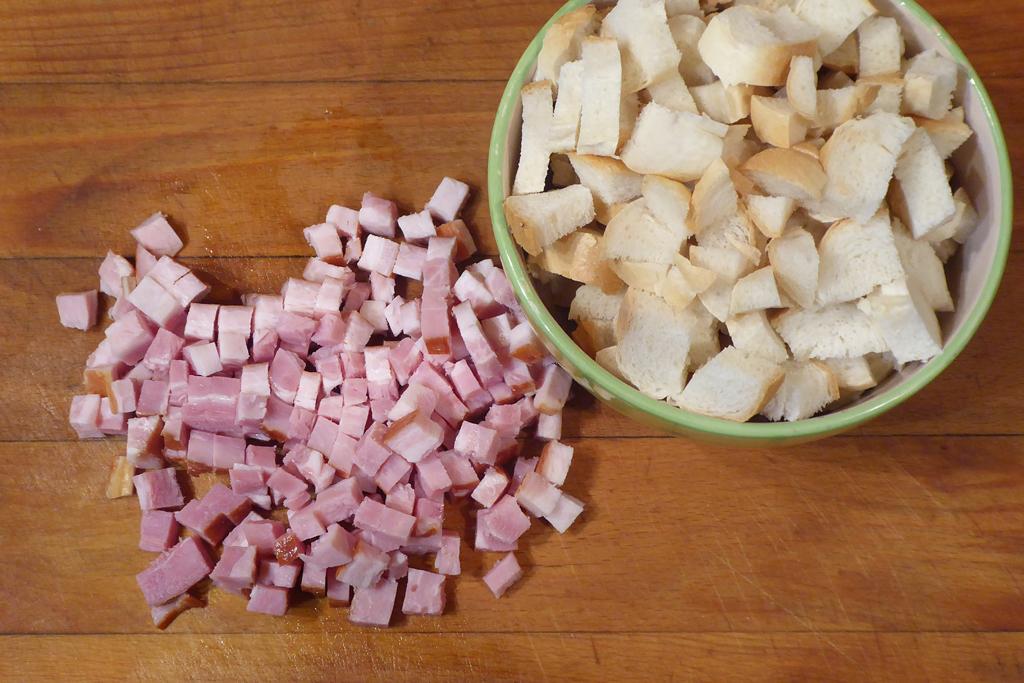 Nakrájíme rohlíky i slaninu