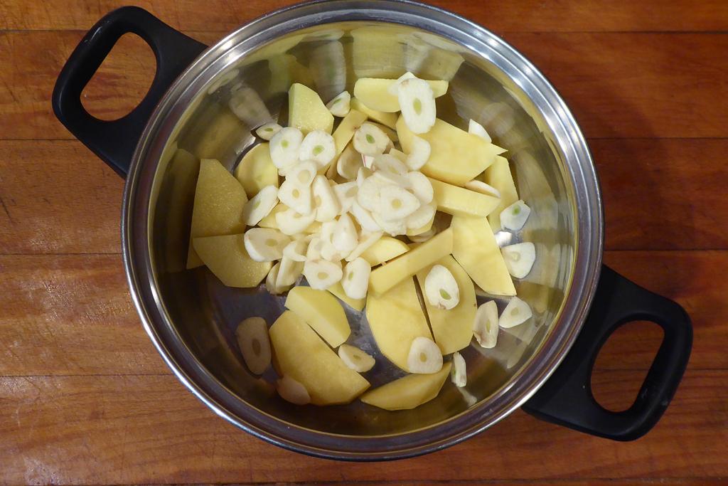 Přidáme česnek k bramborám