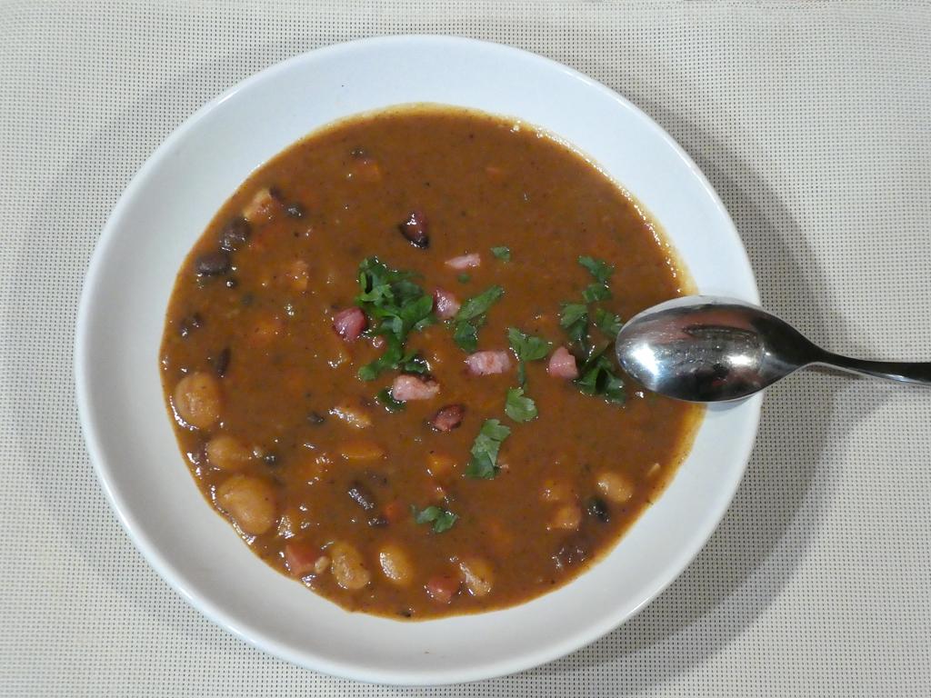 Černobílá fazolová polévka